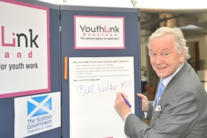 Bill Walker signs YouthLink Scotland pledge